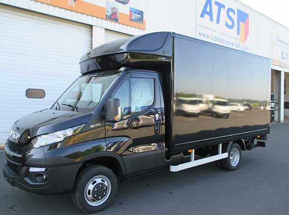 IVECO Daily fourgon hayon noir